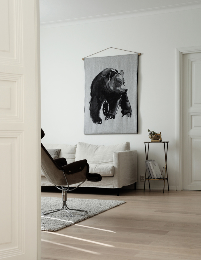 Karhu-seinävaate on ainutlaatuinen tekstiilitaideteos.