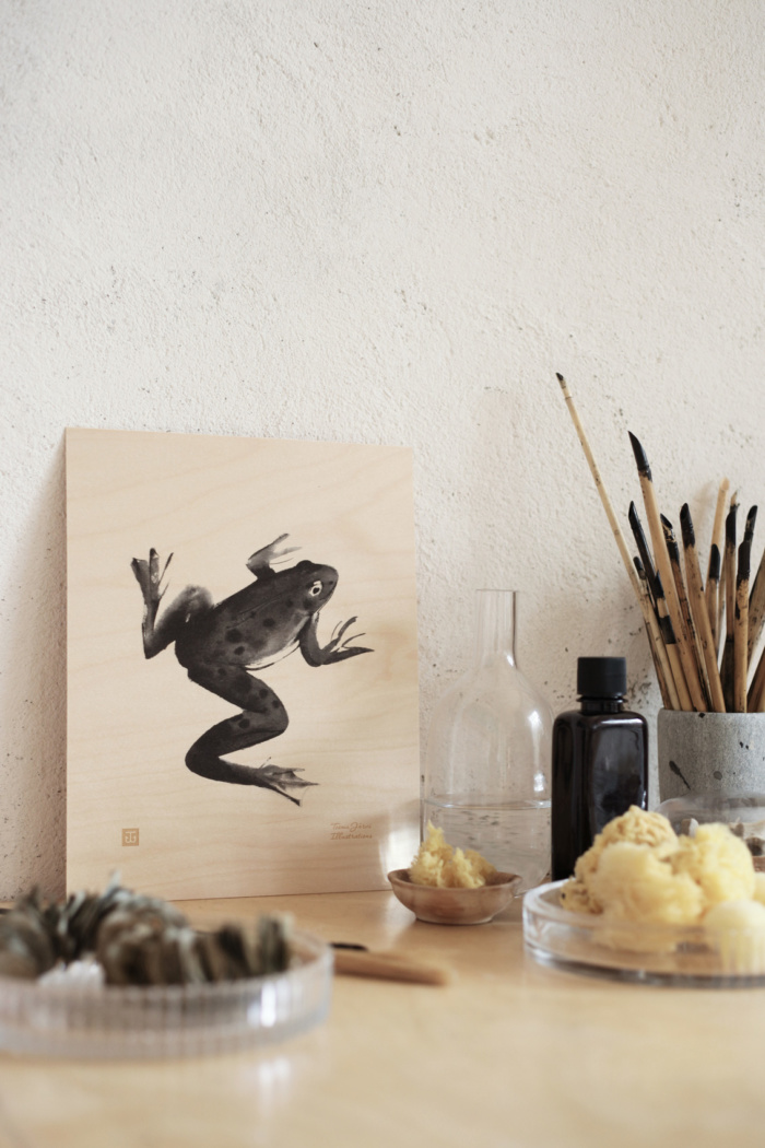 The frog art print brings the atmosphere of rivers and clear lakes to your interior. The poster is made of fine and durable Finnish plywood.