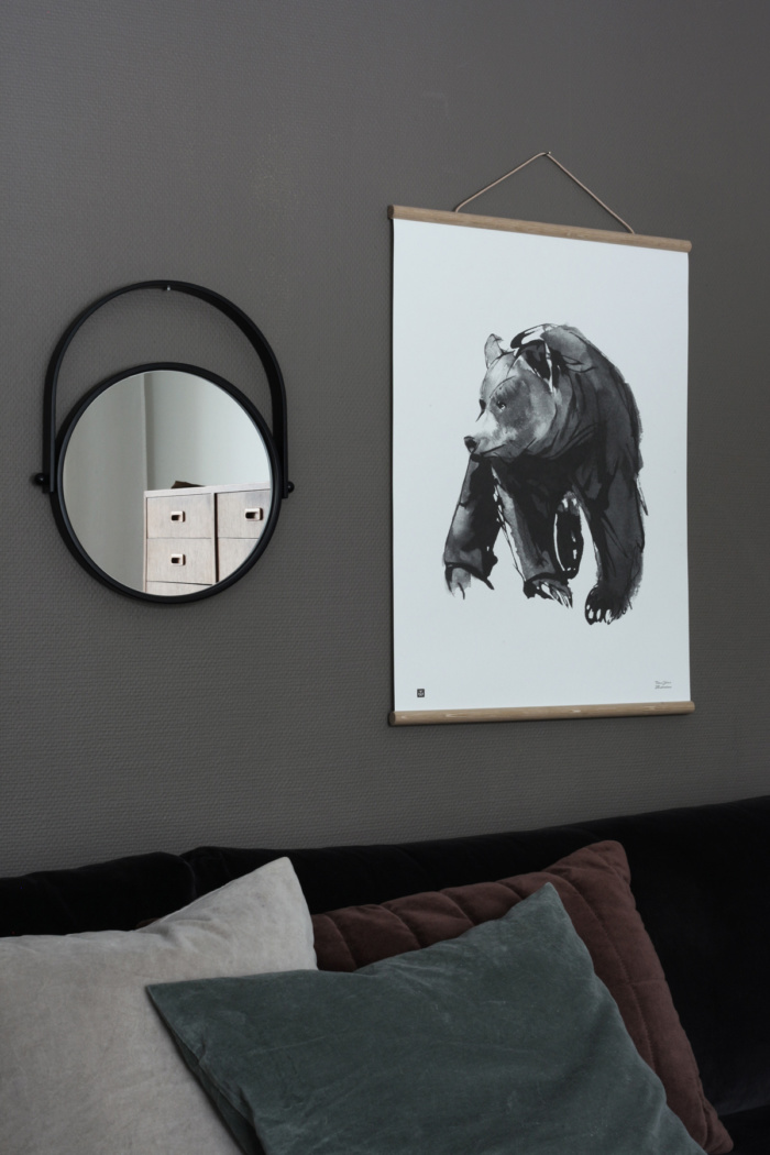 The gentle bear poster brings a dreamy forest feeling to your home.