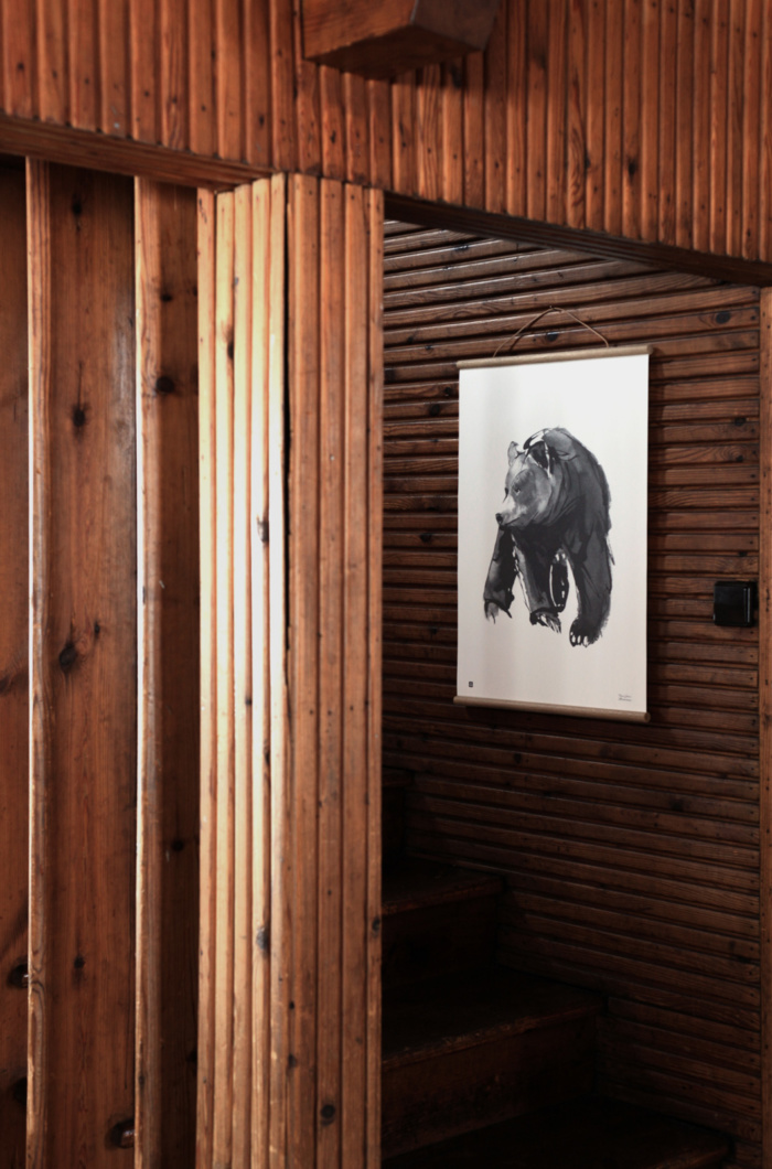 The gentle bear wall art brings a dreamy forest feeling to your home.